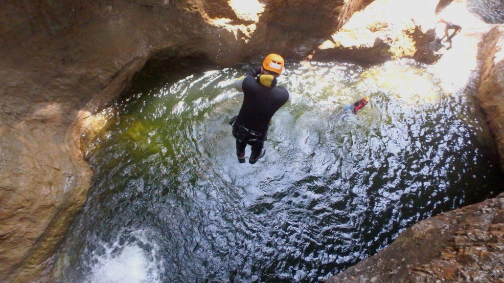 Hohe Sprünge beim Canyoning in der strubklamm
