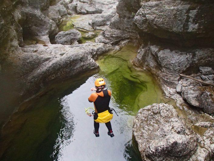 Sprung ins eiskalte Wasser der Almbachklamm