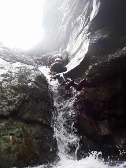 Natürliche Wasserrutsch in der Almbachklamm Canyoning strecke