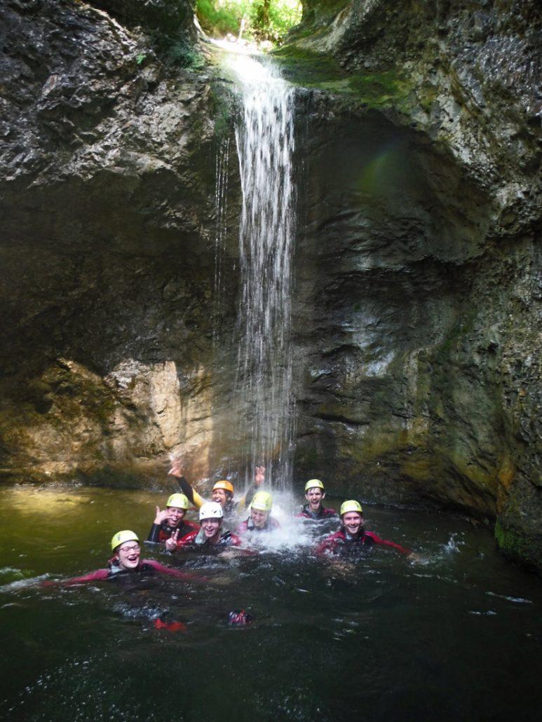 Wasserfall in der Almbachklamm: Canyoning als Gruppenausflug