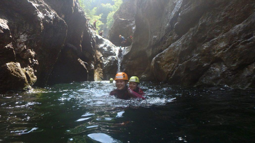 Rutschen hupfen und schwimmen: das ist Canyoning in der Almbachklamm