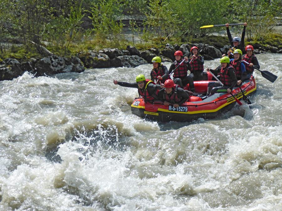 Rafting Schlauchboot fahrt in Stromschnelle